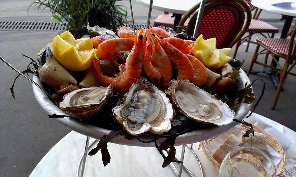 plat de fruits de mer seacuterie Frankrijk witte wijn kleine flessen wijn Halfes