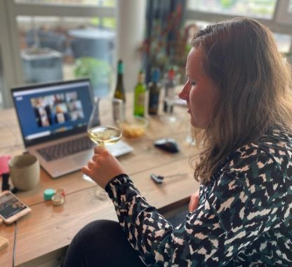 Vrouw wijnproeven laptop tafel wijn