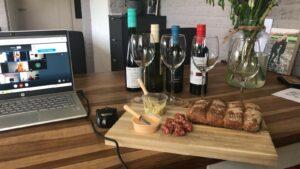 Wijnproeverij laptop borrelplank flessen wijn hout