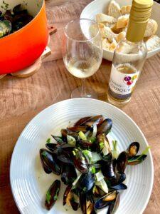 Zeeuwse mosselen Nederlandse witte wijn Ludique Johanniter oranje creuset pan