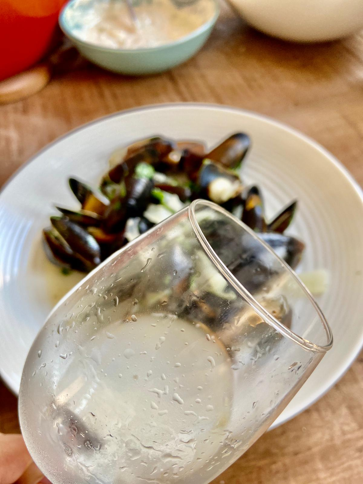 glas witte wijn Zeeuwse mosselen knoflooksaus