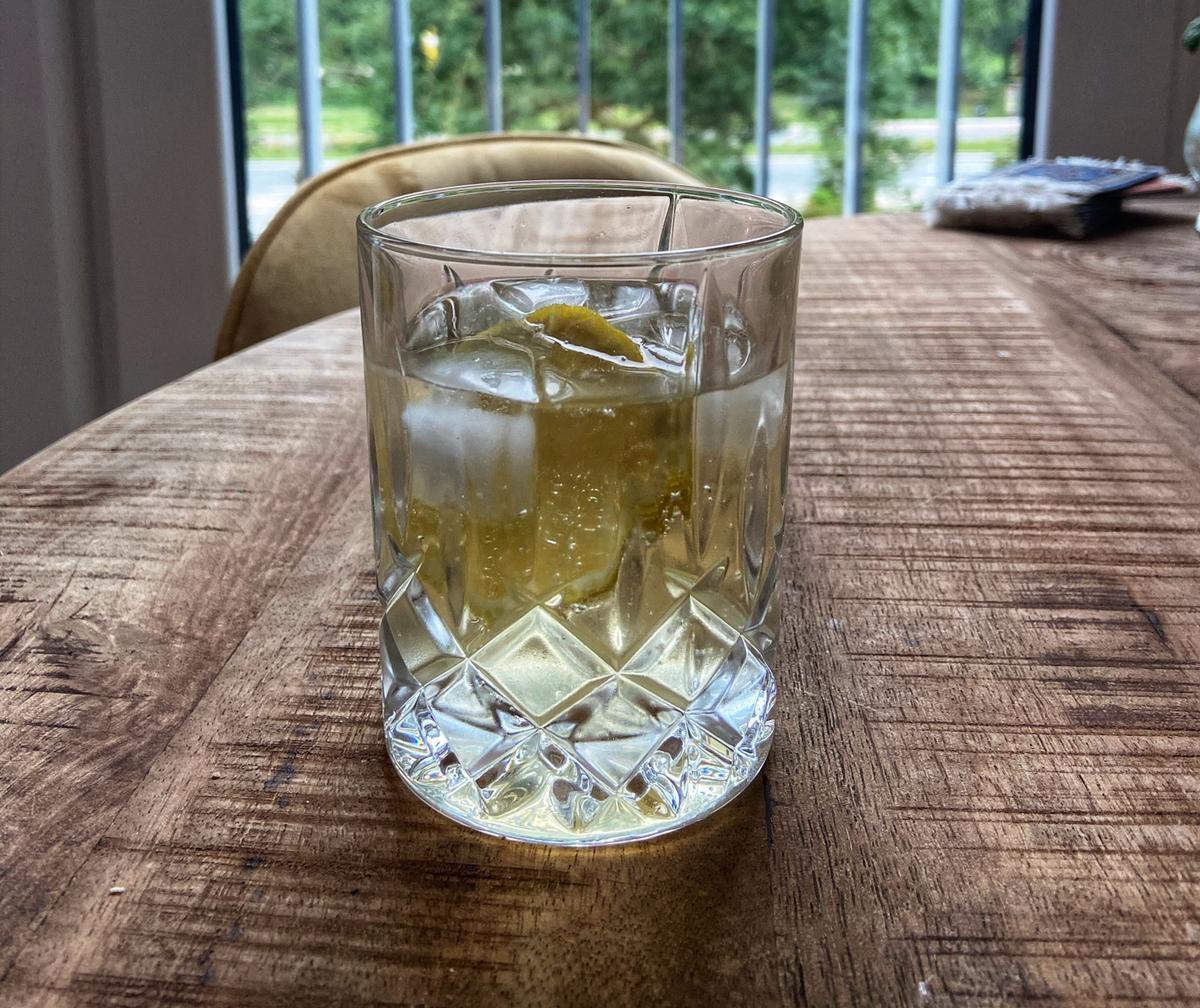 Wijncocktail ginger riesling citroen houten tafel