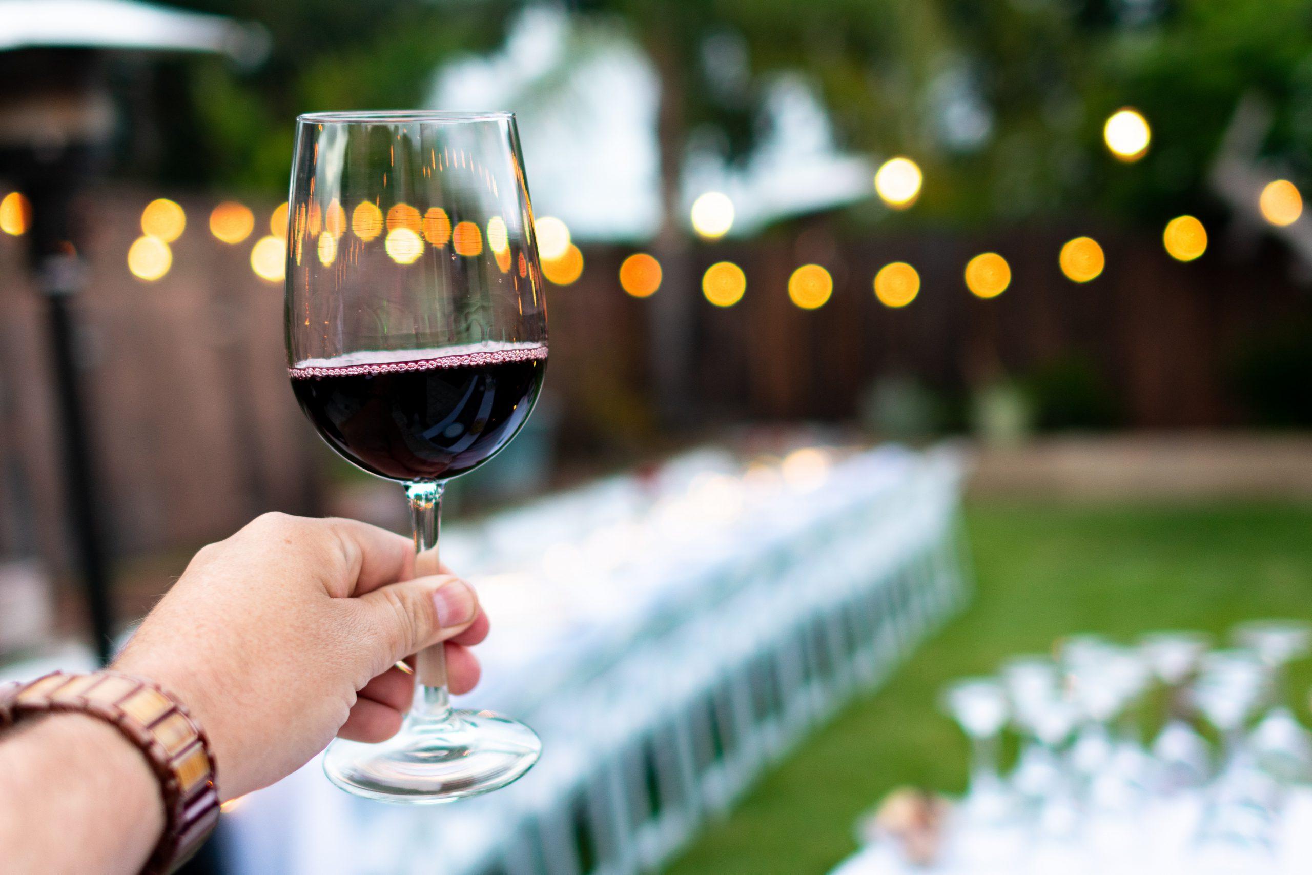 gekoelde rode wijn terras
